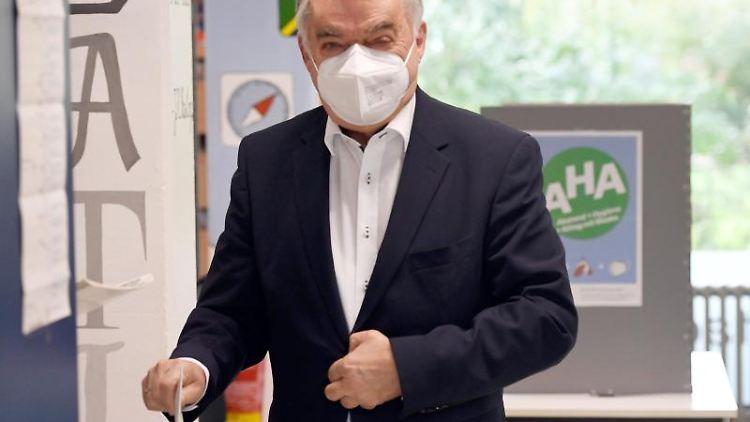 Herbert Reul (CDU), Innenminister von NRW, gibt seine Stimme für die Bundestagswahl ab. Foto: Roberto Pfeil/dpa