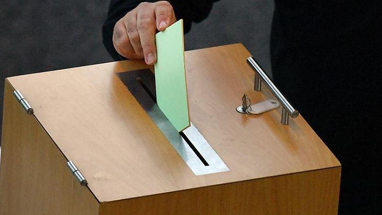 Ein Stimmzettel wird in die Wahlurne geworfen. Foto: Martin Schutt/dpa-Zentralbild/dpa