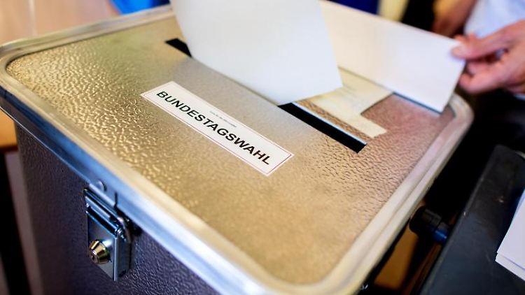 Ein Wähler wirft in einem Wahllokal seinen Stimmzettel für die Bundestagswahl in eine Wahlurne. Foto: Hauke-Christian Dittrich/dpa
