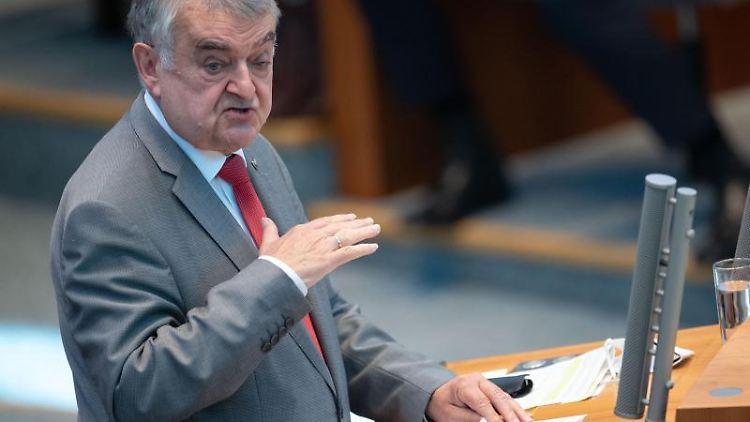 Herbert Reul (CDU)spricht. Foto: Marius Becker/dpa/Archivbild