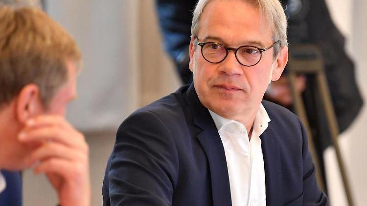 Georg Maier (SPD), Innenminister von Thüringen, sitzt im Landtag. Foto: Martin Schutt/dpa-Zentralbild/dpa