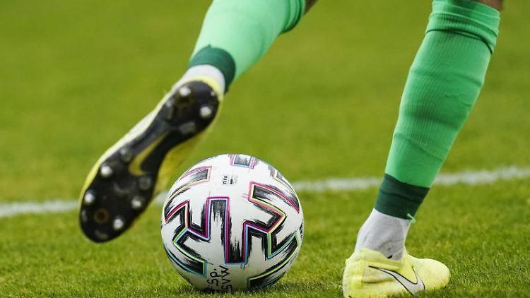 Ein Fußballspieler spielt den Ball. Foto: Uwe Anspach/dpa/Symbolbild