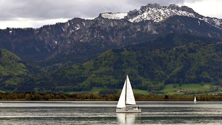 Ein Segelboot fährt über den Chiemsee. Foto: Katrin Requadt/dpa/Archivbild