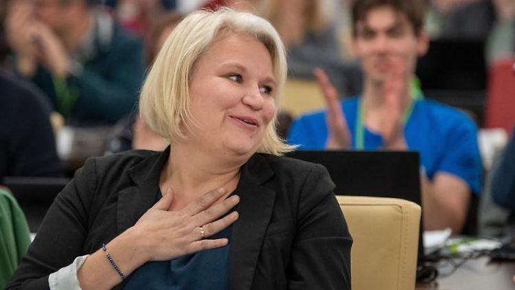 Alexandra Pichl gestikuliert. Foto: Monika Skolimowska/dpa-Zentralbild/dpa