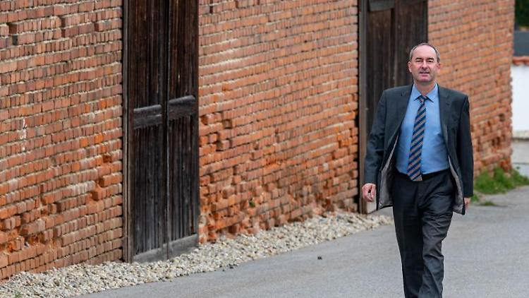 Hubert Aiwanger, Bundesvorsitzender der Freien Wähler, geht zum Wahllokal. Foto: Armin Weigel/dpa/Archivbild