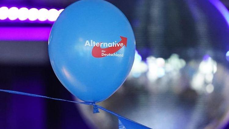 Ein AfD-Luftballon hängt an einem Band. Foto: Marcus Brandt/dpa