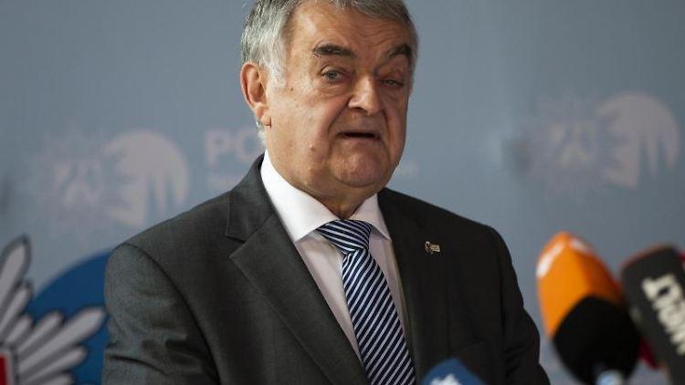 Herbert Reul (CDU) spricht. Foto: Thomas Banneyer/dpa/Archivbild