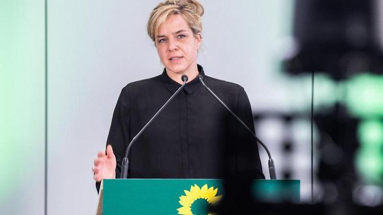 Mona Neubaur (Die Grünen) spricht. Foto: Marcel Kusch/dpa/Archivbild