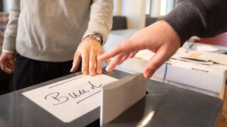 Eine Frau wirft in einem Wahllokal ihren Wahlzettel für die Bundestagswahl in eine Urne. Foto: Sebastian Gollnow/dpa