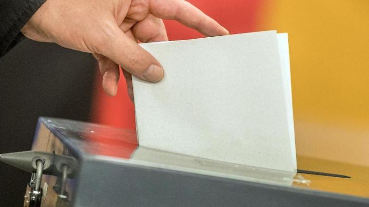 Ein Wähler wirft seinen Stimmzettel in die Wahlurne. Foto: Michael Kappeler/dpa/Symbolbild