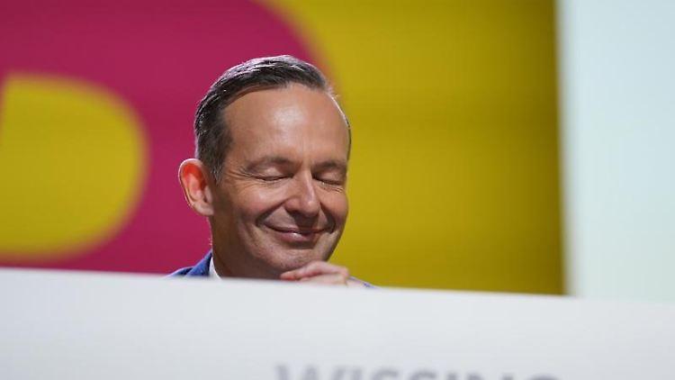 Volker Wissing lächelt. Foto: Jörg Carstensen/dpa/Archivbild