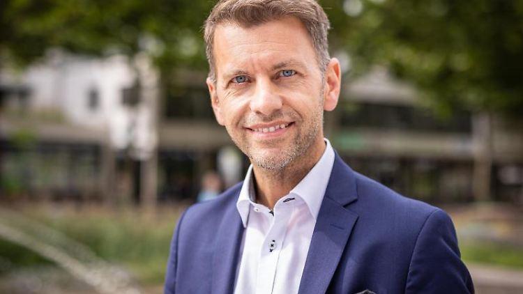 Dennis Weilmann (CDU) steht in der Innenstadt von Wolfsburg. Foto: Moritz Frankenberg/dpa