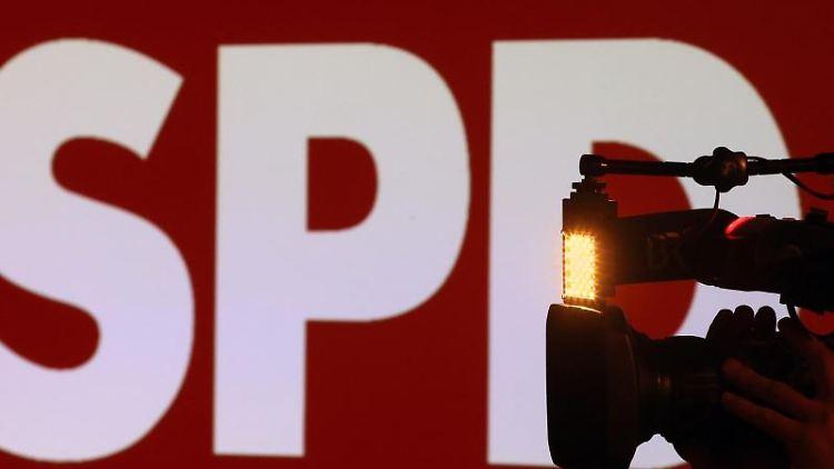 Ein Kameramann steht bei der Wahlparty der Bayern-SPD vor dem Logo der SPD. Foto: Karl-Josef Hildenbrand/dpa/Archivbild