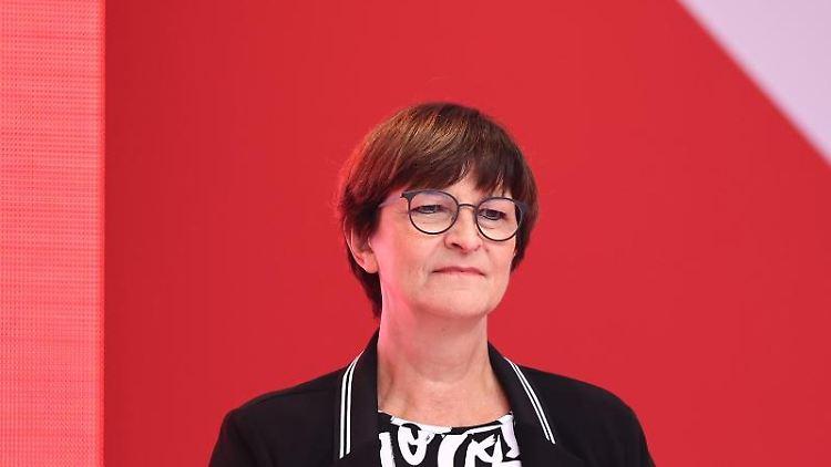 SPD-Parteivorsitzenden Saskia Esken schaut in die Runde. Foto: Rolf Vennenbernd/dpa/Archivbild