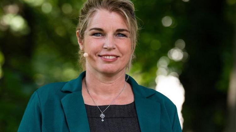 Die neue Lüneburger Bürgermeisterin, Claudia Johanna Kalisch (Grüne), schaut für ein Porträt in die Kamera. Foto: Philipp Schulze/dpa