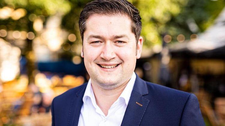 Thorsten Kornblum (SPD) posiert vor Beginn einer Podiumsdiskussion zur Kommunalwahl. Foto: Moritz Frankenberg/dpa