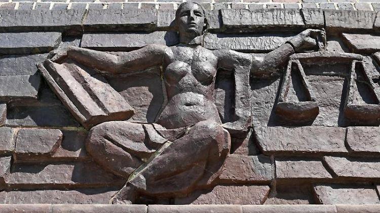 Blick auf die Justitia über dem Eingang eines Landgerichts. Foto: Hendrik Schmidt/dpa-Zentralbild/dpa/Symbolbild