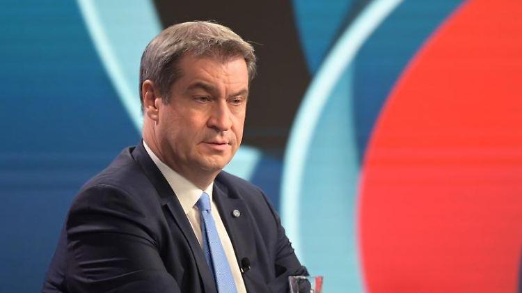 CSU-Parteichef Markus Söder sitzt in einem Wahlstudio des ZDF bei der