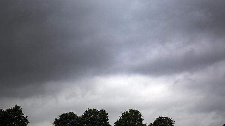 Regenwolken ziehen auf. Foto: Federico Gambarini/dpa/Symbolbild