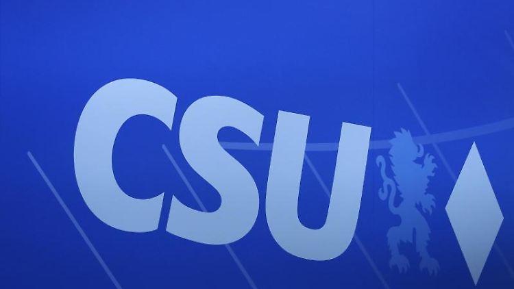 Das Logo der CSU auf einem CSU-Parteitag. Foto: Daniel Karmann/dpa/Archivbild