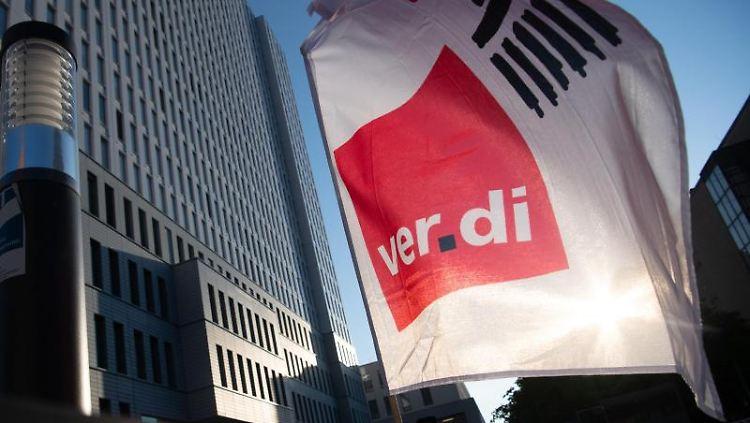 Eine Fahne der Gewerkschaft Verdi weht vor dem Bettenhaus der Charité. Foto: Paul Zinken/dpa/Archiv