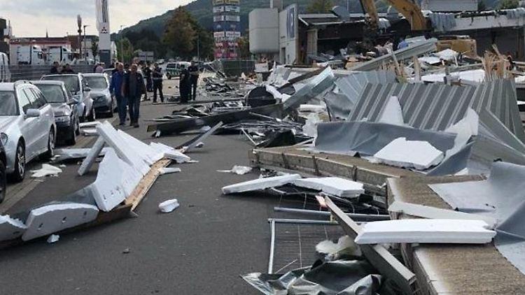 Trümmerteile einer eingestürzten Betonwand liegen auf einer Straße verteilt. Foto: Polizei Minden-Lübbecke/dpa