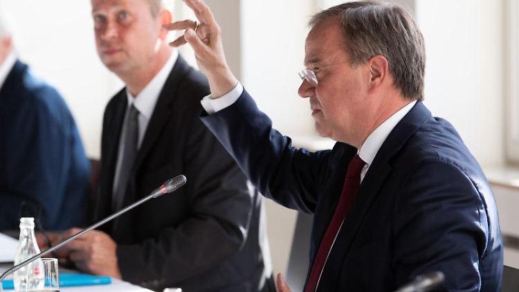 Armin Laschet (CDU, r) und Joachim Stamp (FDP). Foto: Federico Gambarini/dpa