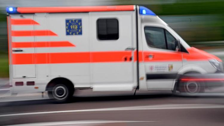 Ein Krankenwagen ist mit Blaulicht im Einsatz. Foto: Hendrik Schmidt/dpa-Zentralbild/ZB/Symbolbild