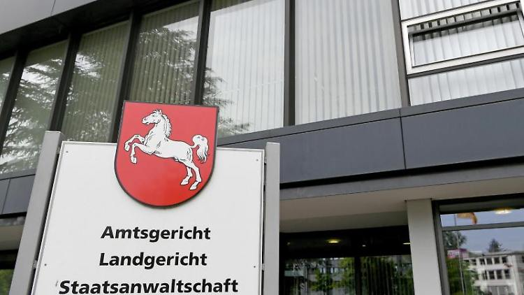 Eine Hinweistafel weist auf das Amtsgericht, das Landgericht und die Staatsanwaltschaft Hildesheim hin. Foto: Holger Hollemann/dpa/Archivbild