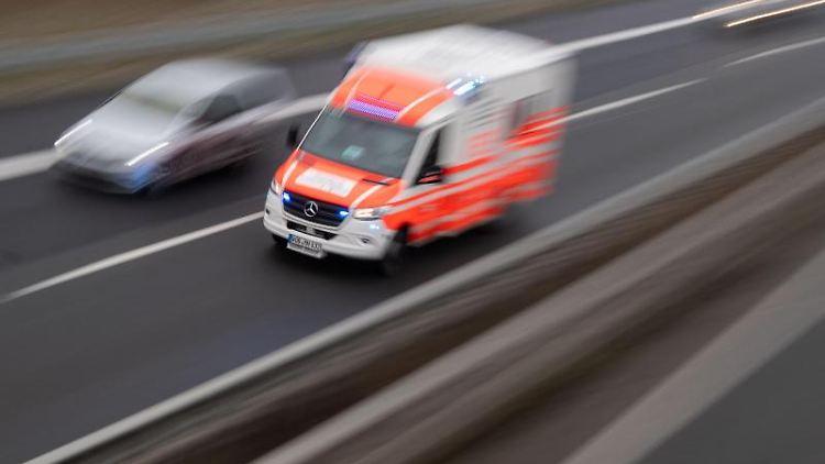 Ein Rettungswagen fährt über eine Autobahn. Foto: Julian Stratenschulte/dpa/Symbolbild