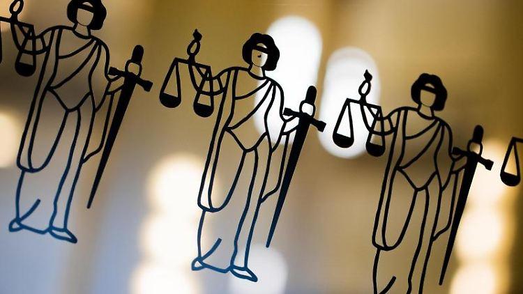 Die Justitia ist an einer Scheibe am Eingang zu sehen. Foto: Rolf Vennenbernd/dpa/Archivbild