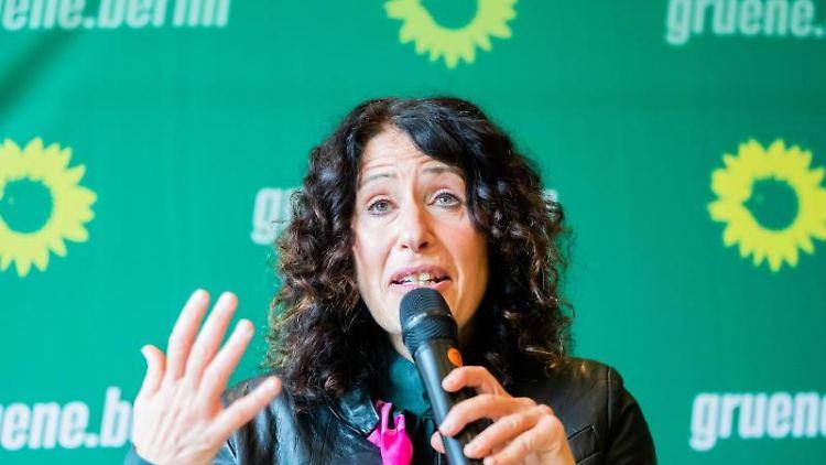 Bettina Jarasch, Spitzenkandidatin der Berliner Grünen für die Abgeordnetenhauswahl, spricht. Foto: Christoph Soeder/dpa