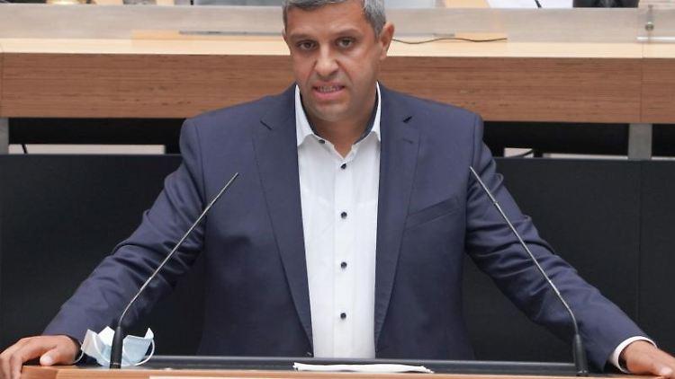 Raed Saleh (SPD), Fraktionsvorsitzender, spricht. Foto: Jörg Carstensen/dpa
