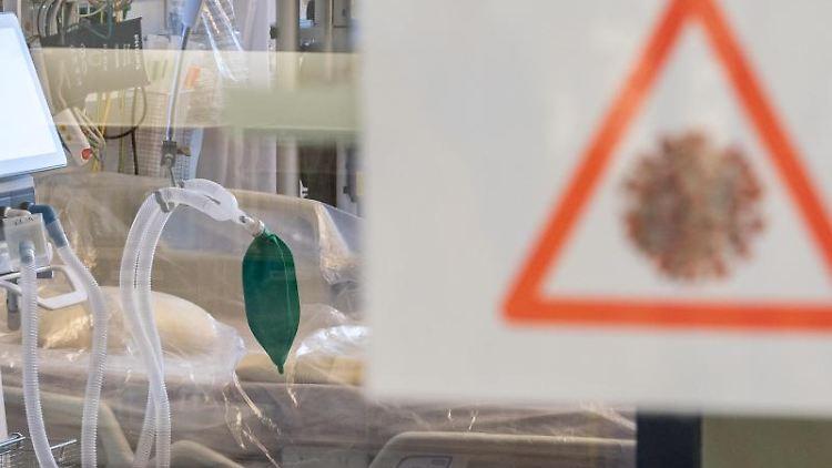 Ein Intensivbett mit Beatmungseinheit steht auf einer Corona-Station. Foto: Robert Michael/dpa-Zentralbild/Symbolbild