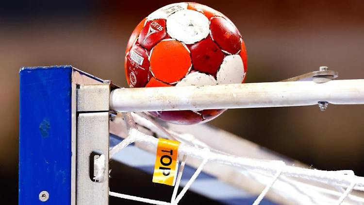 Ein Spielball liegt auf einemHandballtor. Foto: Frank Molter/dpa/Symbolbild