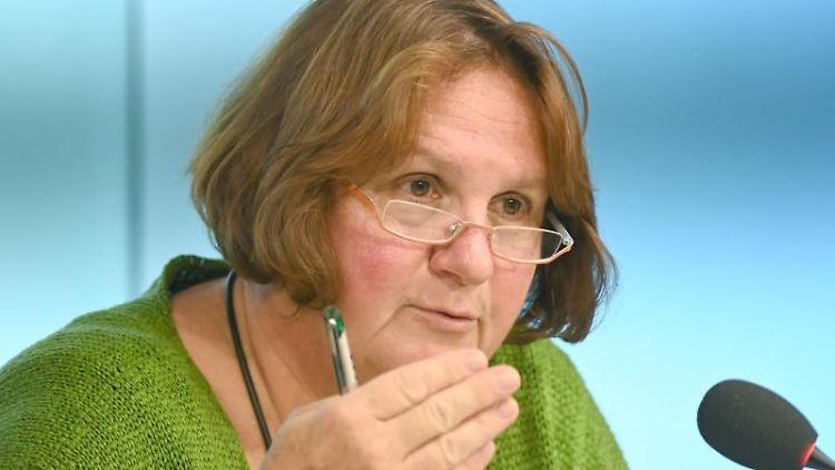 Baden-Württembergs Kultusministerin Theresa Schopper (Grüne) spricht bei einer Pressekonferenz. Foto: Bernd Weißbrod/dpa