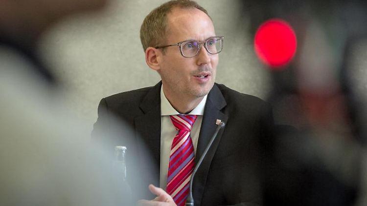 Hessens Sozialminister Kai Klose (Grüne) spricht bei einer Pressekonferenz. Foto: Malte Glotz/VRM/dpa/Archivbild