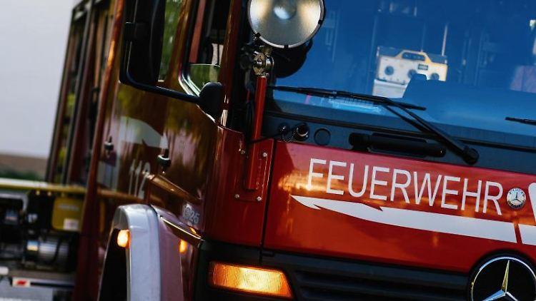 Ein Einsatzfahrzeug der Feuerwehr steht auf einem Gelände. Foto: Philipp von Ditfurth/dpa/Symbolbild