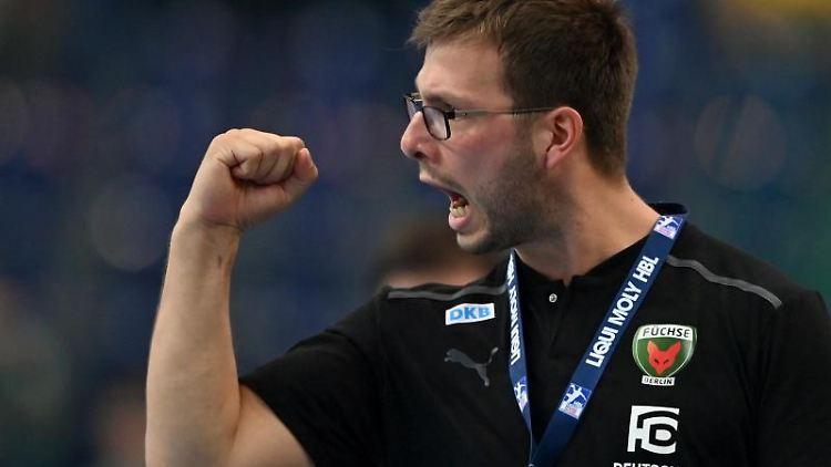 Berlins Trainer Jaron Siewert jubelt an der Seitenlinie. Foto: Hendrik Schmidt/dpa-Zentralbild/dpa