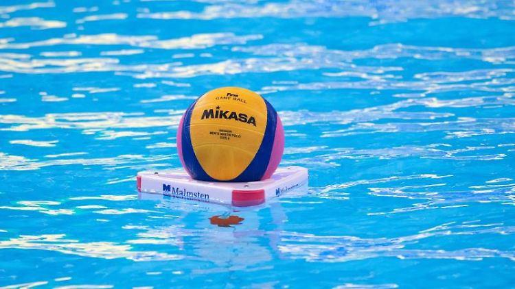 Der Ball liegt vor Beginn des Spiels im Wasser. Foto: Bernd Thissen/dpa/Symbolbild