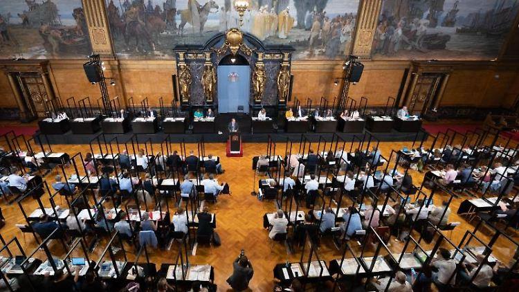 Blick in den Plenarsaal der Hamburgischen Bürgerschaft. Foto: Daniel Reinhardt/dpa