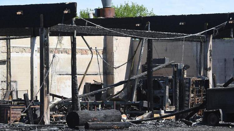 Ein Großbrand auf dem Gelände eines Holzverarbeiters in Loitz hat einen Millionenschaden verursacht. Foto: Stefan Sauer/dpa-Zentralbild/dpa/Archiv