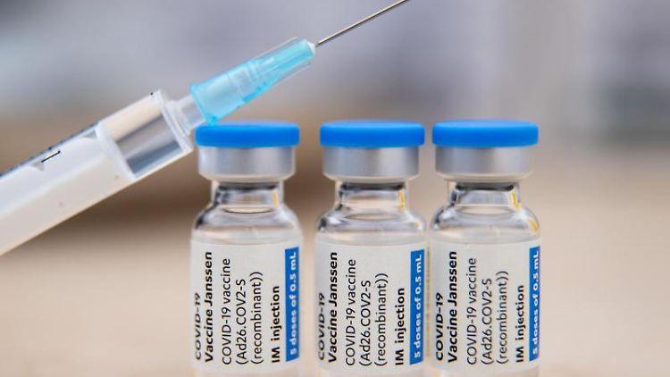 Ampullen mit dem Corona-Impfstoff stehen auf einem Tisch. Foto: Daniel Karmann/dpa/Symbolbild