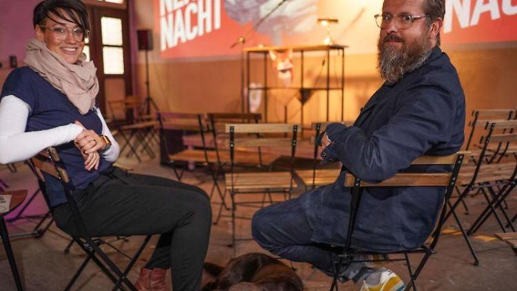 Steffi Schneemilch und Stefan Escher von der Prost-Genossenschaft sitzen in der Alten Post. Foto: Jörg Carstensen/dpa/Archivbild