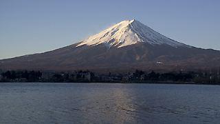 Über das gesamte Archipel verläuft eine Gebirgskette. Diese macht ungefähr 73 Prozent der gesamten Landmasse aus. Der höchste Berg Japans ist der Fujisan, auch Fujiyama genannt. Er ist 3.776 Meter hoch.
