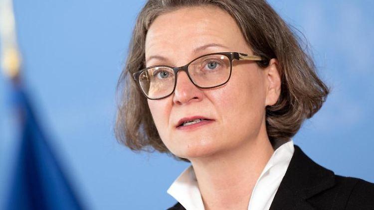 Ina Scharrenbach (CDU)spricht. Foto: Federico Gambarini/dpa/Archivbild