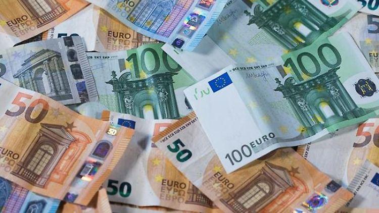 Zu sehen sind Euro-Geldscheine mit unterschiedlichen Werten. Foto: Jens Büttner/dpa-Zentralbild/dpa