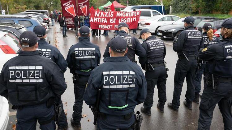 Sympathisanten der Angeklagten demonstrieren vor der Urteilsverkündung mit Fahnen und Transparenten. Foto: Bernd Weißbrod/dpa