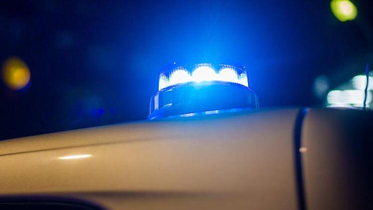 Ein Blaulicht leuchtet auf dem Dach eines Polizeifahrzeugs. Foto: Fernando Gutierrez-Juarez/dpa/Symbolbild