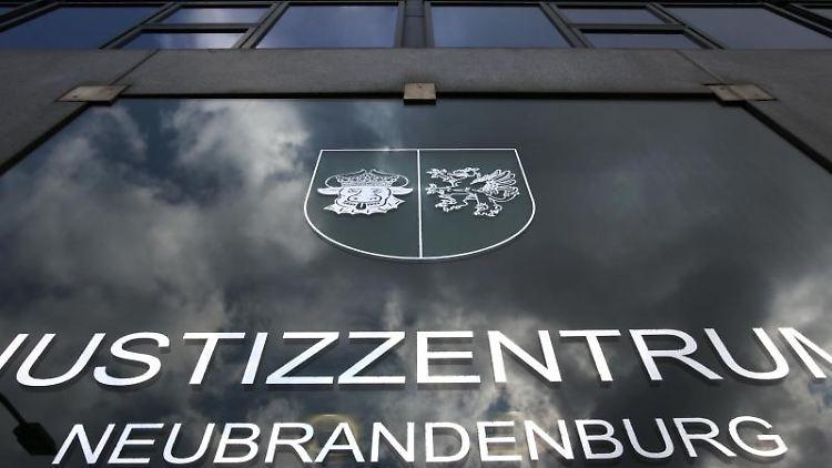 Das Justizzentrum Neubrandenburg mit Landgericht. Foto: Bernd Wüstneck/dpa-Zentralbild/dpa